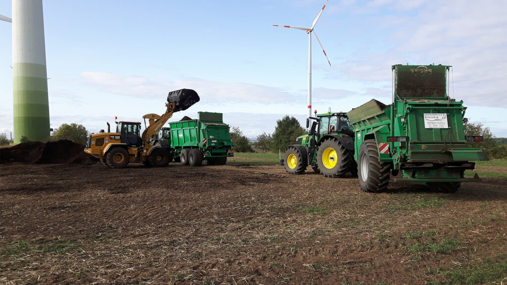 Traktoren und Radlader bei der Ausbringung von Kompost