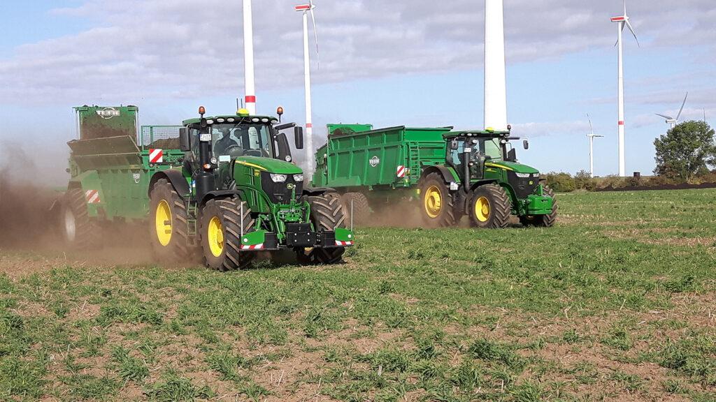 Traktoren bei der Ausbringung von Kompost